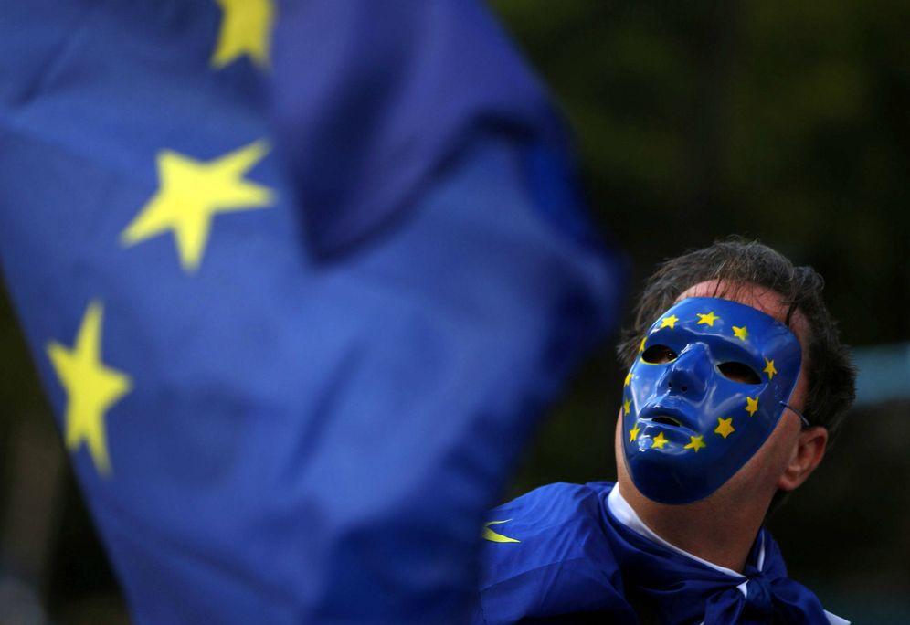 Foto: Un manifestante agita una bandera de la UE frente al Parlamento de Londres, el 13 de septiembre de 2017. (Reuters)