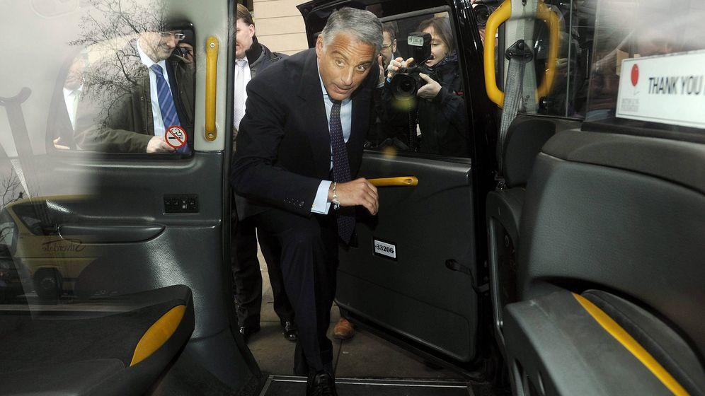 Foto: Andrea Orcel, entrando en un taxi. (EFE)