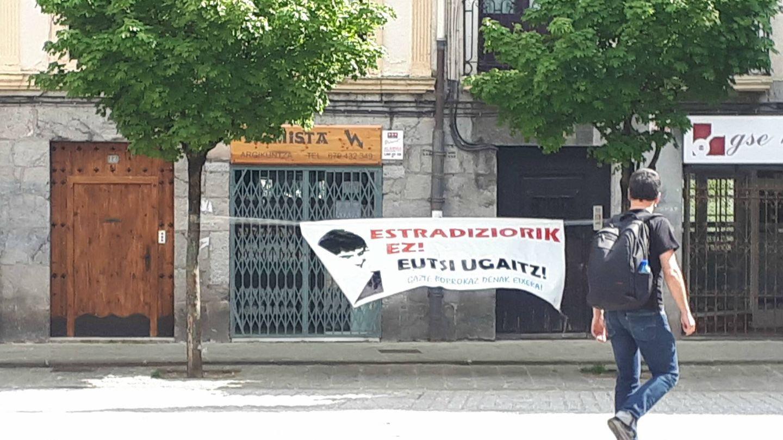 Pancarta en Hernani en contra de la extradición del etarra Ugaitz Errazkin.