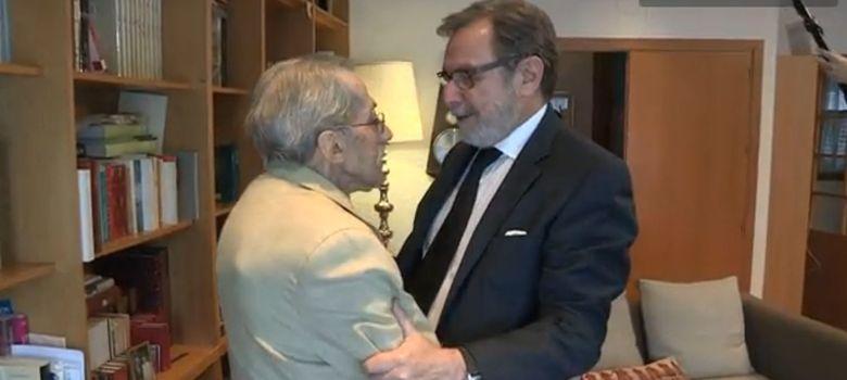 Foto: Jesús de la Serna saluda en su casa a Juan Luis Cebrián (Foto: Video de El País)