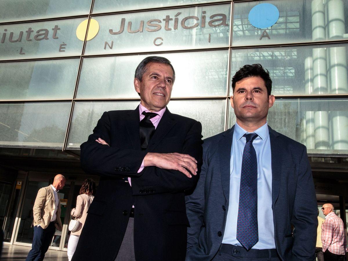 Foto: Fernando Osuna y Javier Sánchez, supuesto hijo de Julio Iglesias. (EFE)