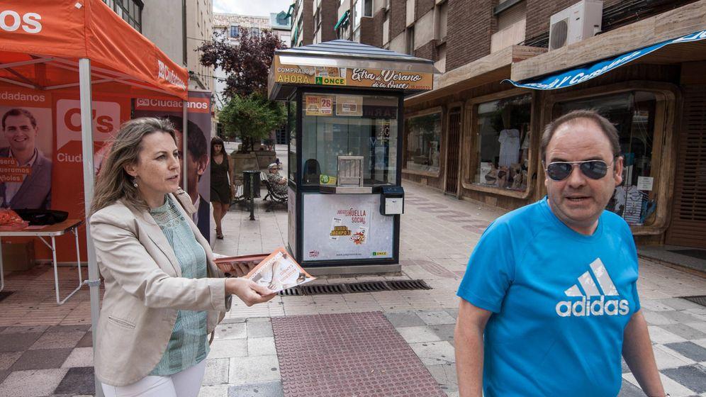 Foto: Un hombre evita la propaganda electoral de Ciudadanos en Cuenca, en una campaña anterior. (D.B.)