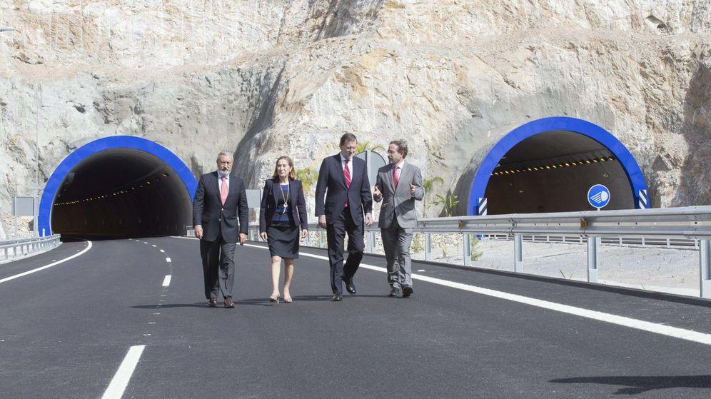 Foto: Ana Pastor y Mariano Rajoy en el tramo granadino de la A-7 en 2015. (EFE)