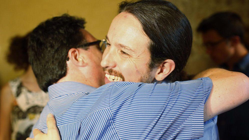 Foto: Joan Josep Nuet se abraza al secretario general de Podemos, Pablo Iglesias. (EFE)