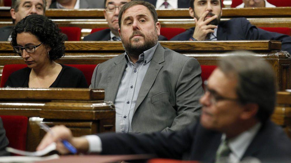 Foto: El líder de ERC, Oriol Junqueras, observa al presidente catalán Artur Mas durante una sesión del Parlamento de Cataluña (Reuters).