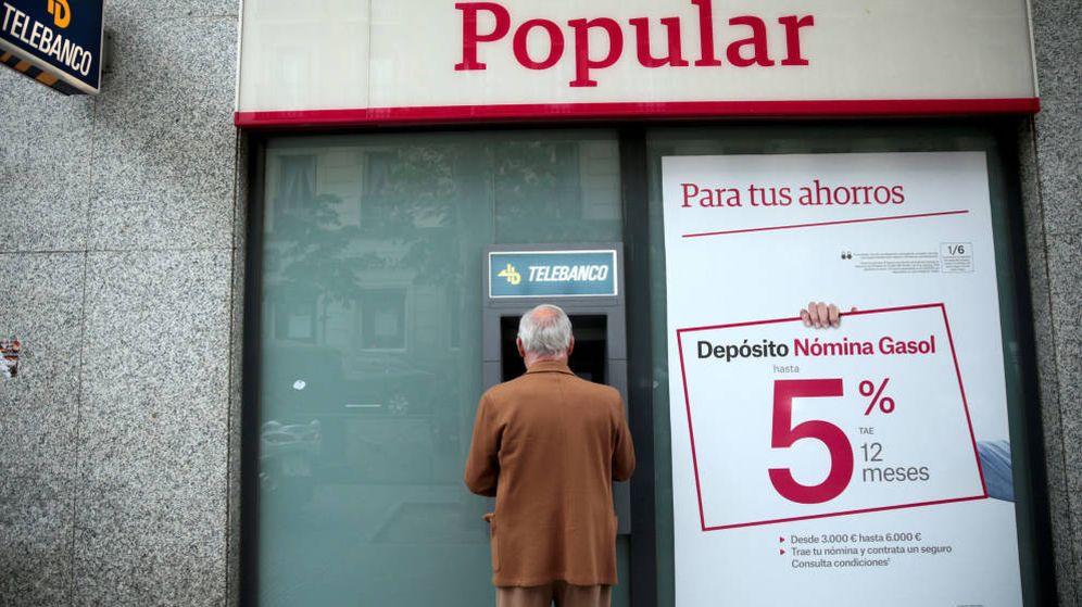 Foto: Un cliente saca dinero de una sucursal del Banco Popular en una imagen de archivo. (EFE)