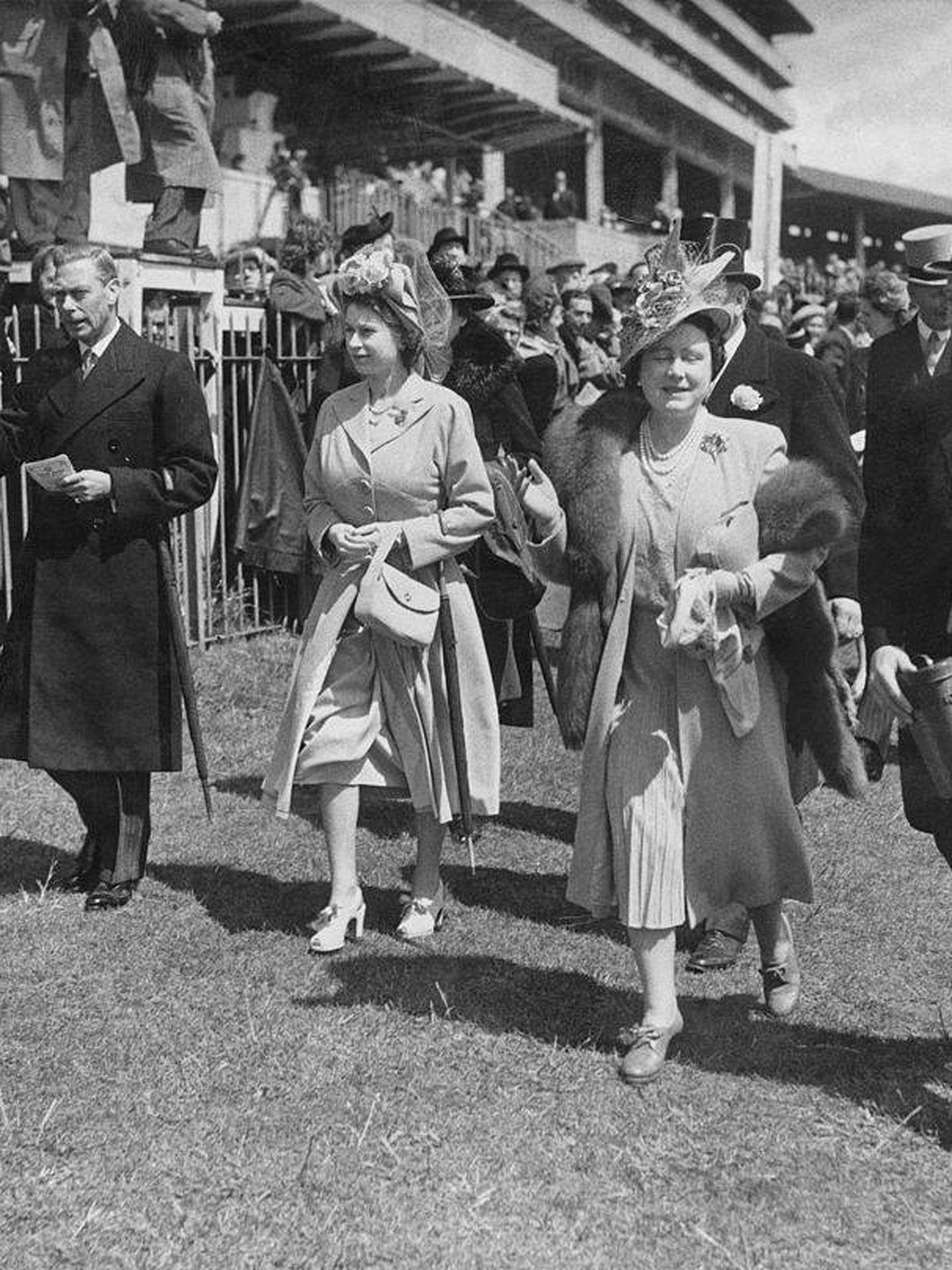 El rey Jorge VI con Isabel II en 1948. (Getty)