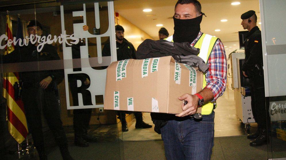Foto: Registro de la Guardia Civil en la sede de CDC. (EFE)