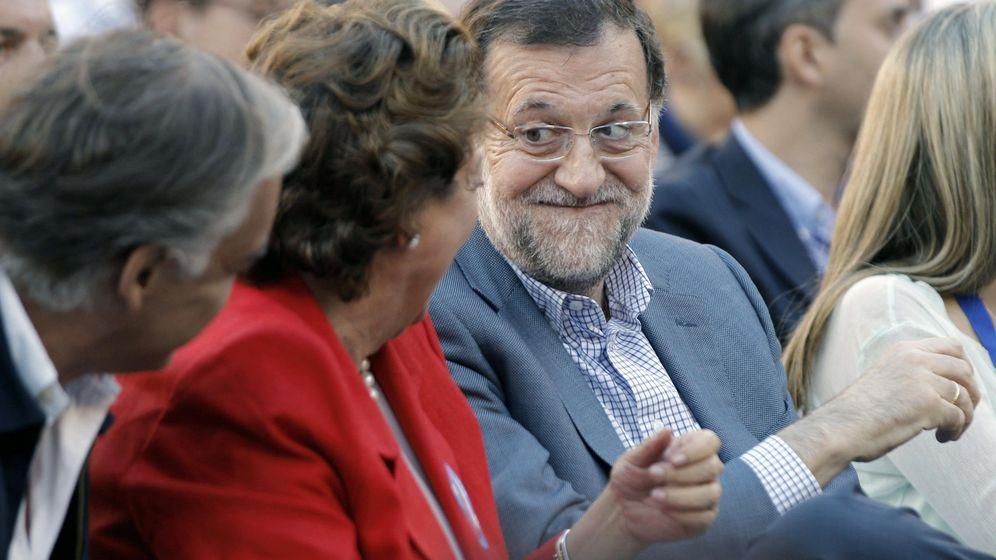 Foto: Mariano Rajoy conversa con la exalcaldesa de Valencia durante un mitin. (EFE)
