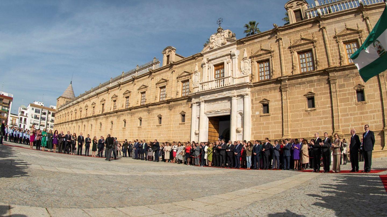 Momento del izado de la bandera y la interpretación del himno de Andalucía en el Parlamento andaluz. (EFE)
