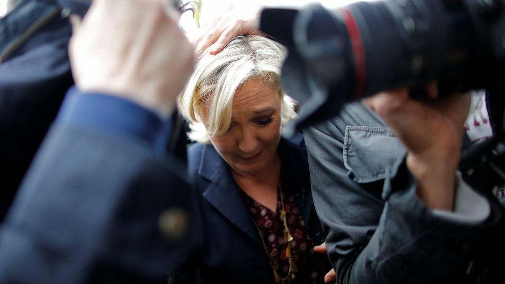 Foto: Marine Le Pen agacha la cabeza mientras opositores de la ultraderecha le lanzan huevis. (Reuters)