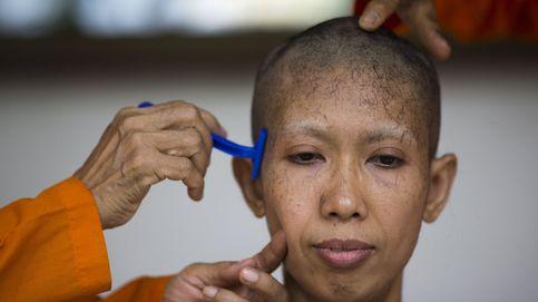 100 mujeres entre 300.000 monjes en Tailandia y la belleza de 'Piratas del Caribe': el día en fotos