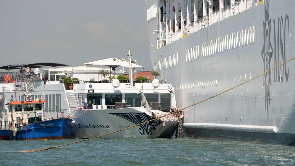 Cuatro heridos leves al chocar un crucero con un barco turístico en Venecia