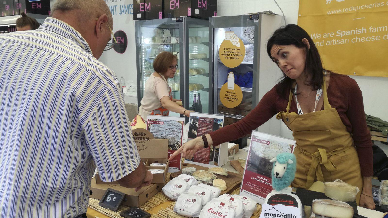 Foto: Quesos españoles de leche cruda, en una feria internacional celebrada en Italia. (Belén Delgado/EFE)