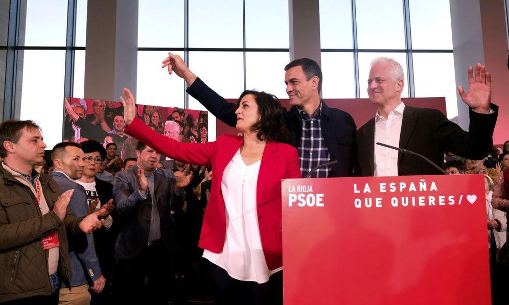 Foto: Pedro Sánchez, este 14 de marzo en Logroño con la candidata por La Rioja, Concha Andreu, y el aspirante a la alcaldía, Pablo Hermoso de Mendoza. (EFE)