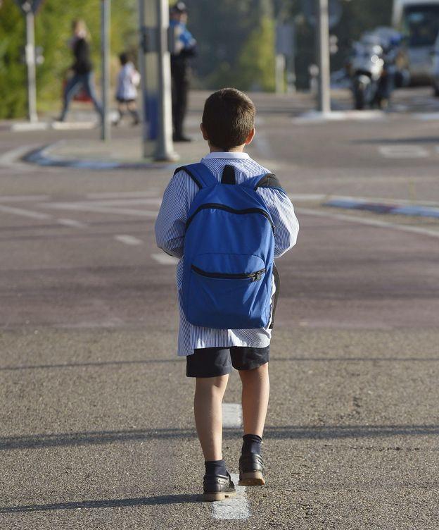 Foto: Un niño vuelve al colegio después de las vacaciones. (EFE)