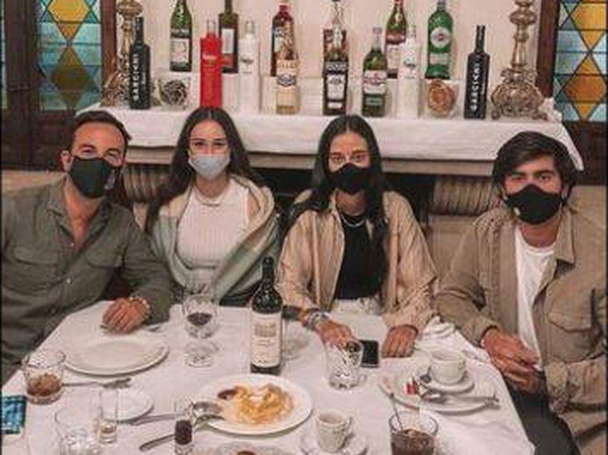 Foto: Victoria Federica, su novio y amigos en Segovia. (Redes)