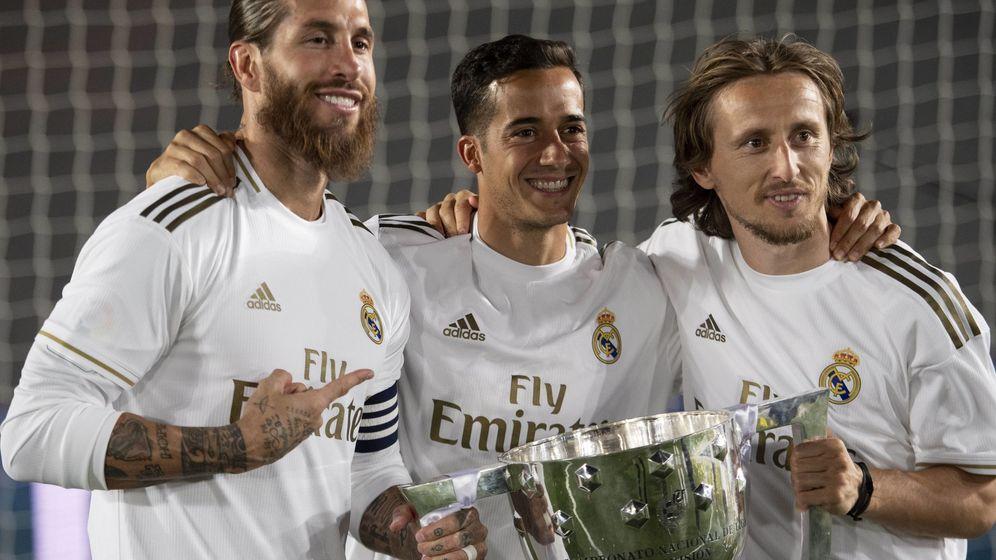 Foto: Ramos, Lucas Vázquez y Modric sostienen el título de Liga. (Cordon)