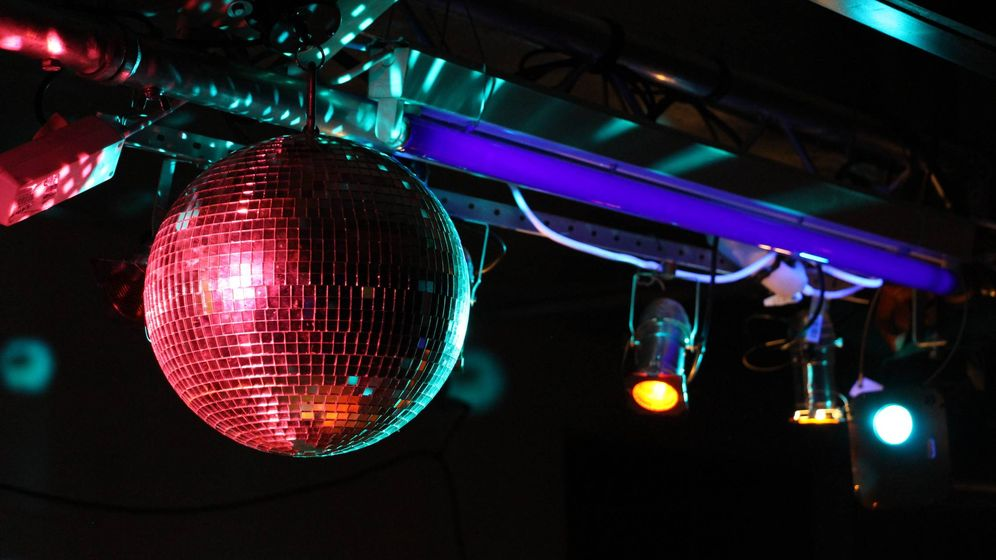 Foto: Una bola de discoteca en el interior de un local. (PxHere)