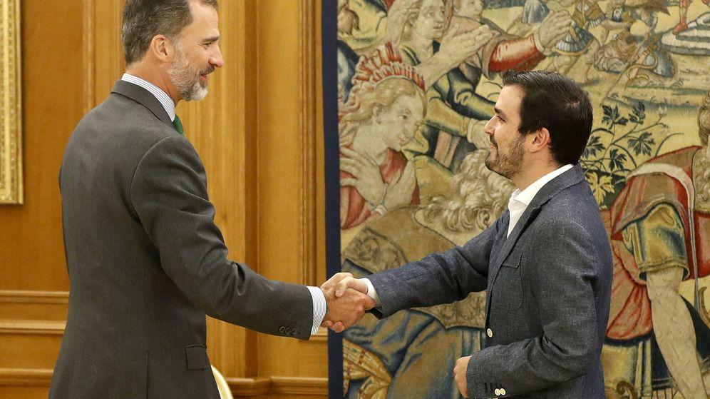 Foto: El rey Felipe VI recibe al coordinador federal de IU, Alberto Garzón (d), hoy en el Palacio de la Zarzuela. (EFE)