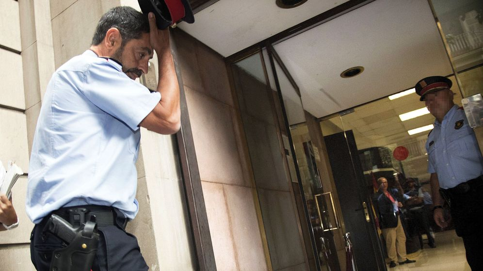 Foto: El mayor de los Mossos d'Esquadra, Josep Lluís Trapero (i), a su llegada a la Fiscalía Superior de Catalunya. (EFE)