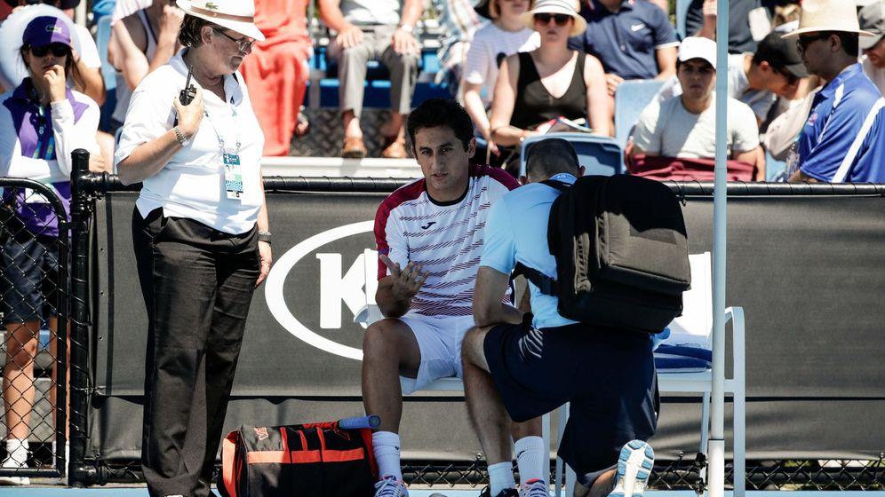 Foto: Nicolás Almagro siendo atendido en el Open de Australia.