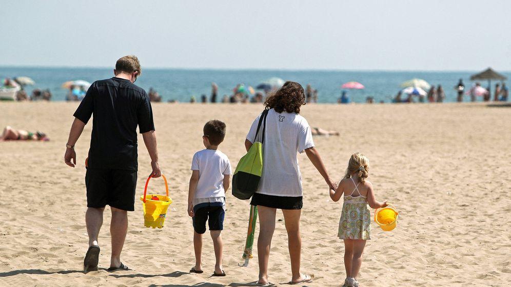 Foto: Una familia se dispone a disfrutar de la playa de la Malvarrosa de Valencia. (EFE)