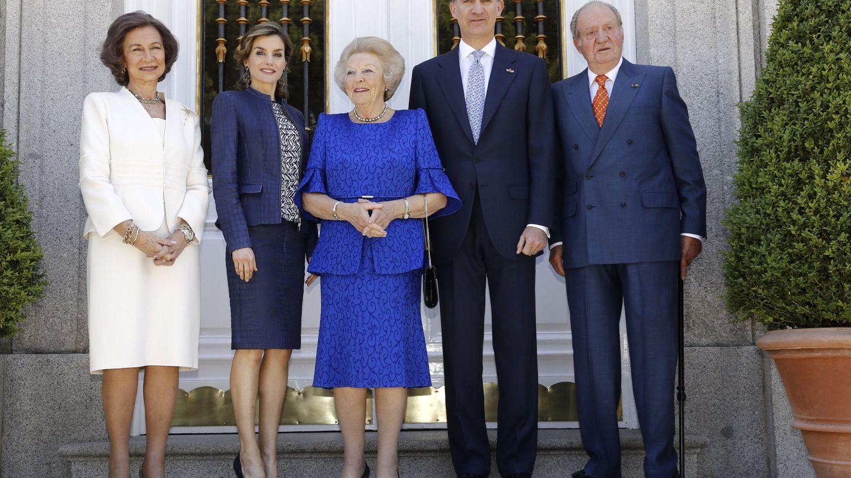Felipe VI y la reina Letizia, con los reyes Juan Carlos y Sofía, y la princesa Beatriz de Holanda. (EFE)