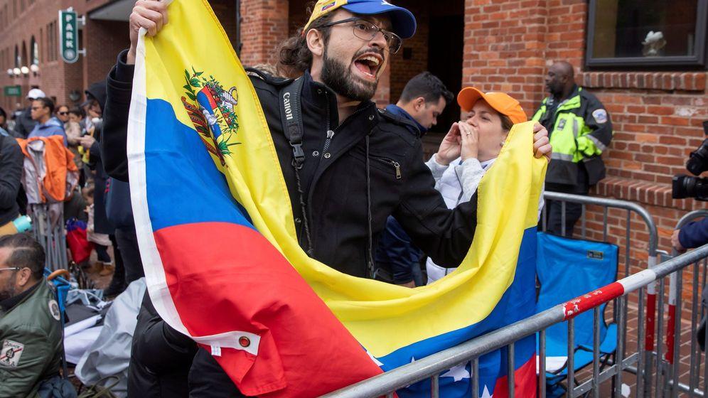 Foto: impatizantes del líder opositor venezolano Juan Guaidó gritan fuera de la Embajada de Venezuela mientras es ocupada este martes, en Washington. (EFE)
