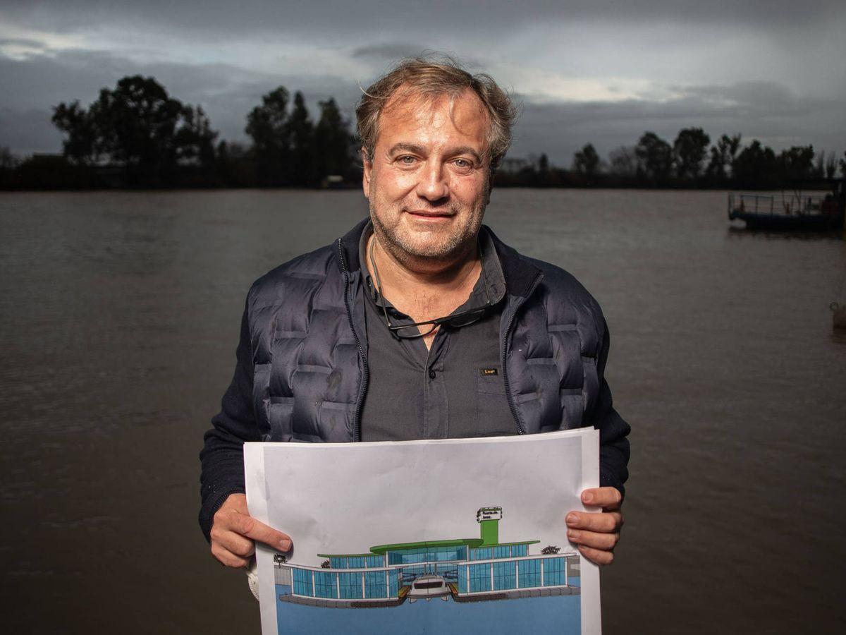 Foto: El ideólogo del proyecto Metrorío, junto al Guadalquivir. (Fernando Ruso)