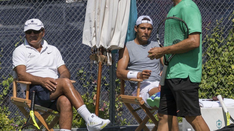 Carlos Moyà, que ya acompañó la pasada temporada a Rafa Nadal, ocupa desde este año el lugar de su tío Toni. (EFE)