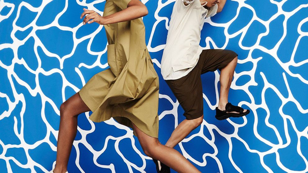 Los 'ugly shoes' pisan fuerte: vuelven las UGG, Crocs y las chanclas noventeras