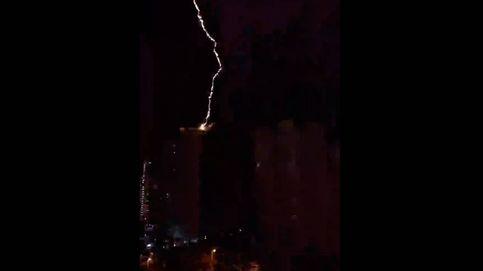 El vídeo del espectacular rayo que ha caído sobre un rascacielos de Benidorm