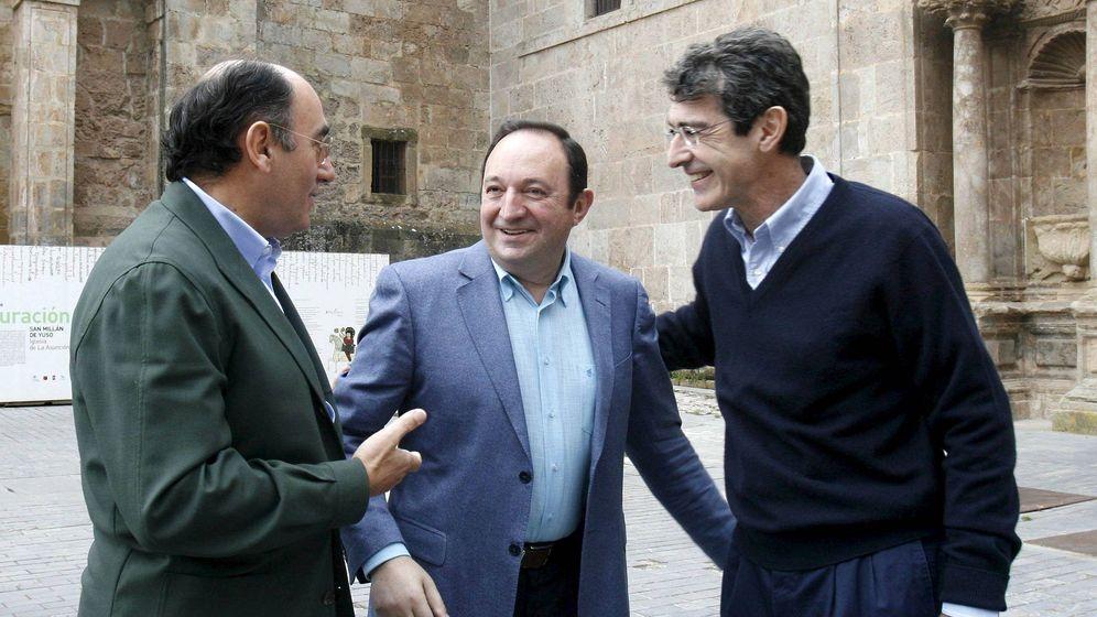 Foto: De izq. a dcha., el presidente de Iberdrola, Ignacio Sánchez Galán, el expresidente de La Rioja Pedro Sanz y Fernando Becker. (EFE)