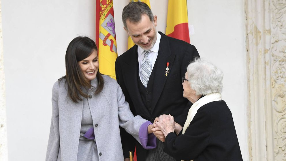 La reacción de Letizia cuando el Rey e Ida Vitale hablan de la reina Sofía en el Cervantes