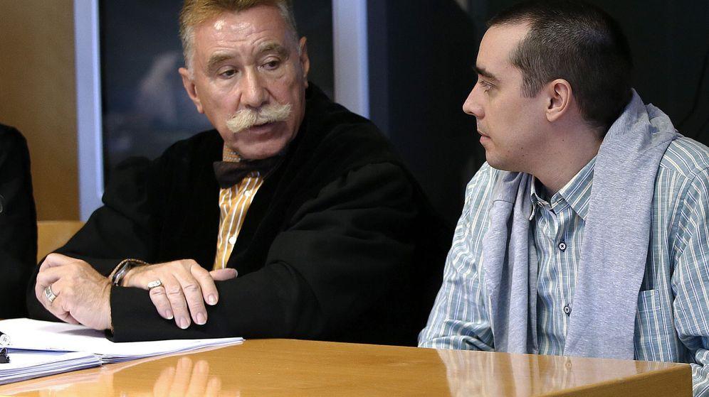 Foto: El presunto descuartizador de Majadahonda, Bruno Hernández Vega (d), junto a su abogado Marcos García Montes. (EFE)