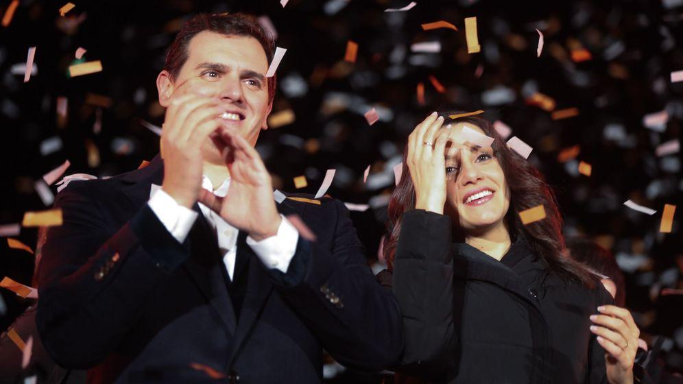 Foto: El presidente de Ciudadanos, Albert Rivera, y la candidata a la presidencia de la Generalitat, Inés Arrimadas, celebran su victoria. (EFE)