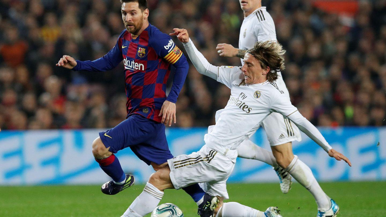 Luka Modric persigue a Messi en una acción en el Camp Nou. (EFE)