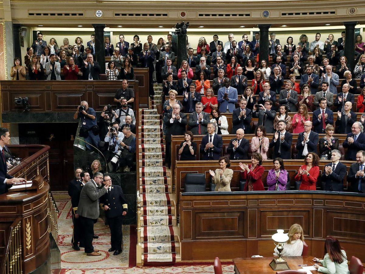 Foto: La bancada socialista, durante el pleno de investidura. (EFE)