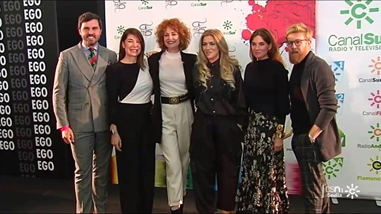 Esther Arroyo y Daniel del Toro, junto al jurado de 'Aguja flamenca'. (Canal Sur)