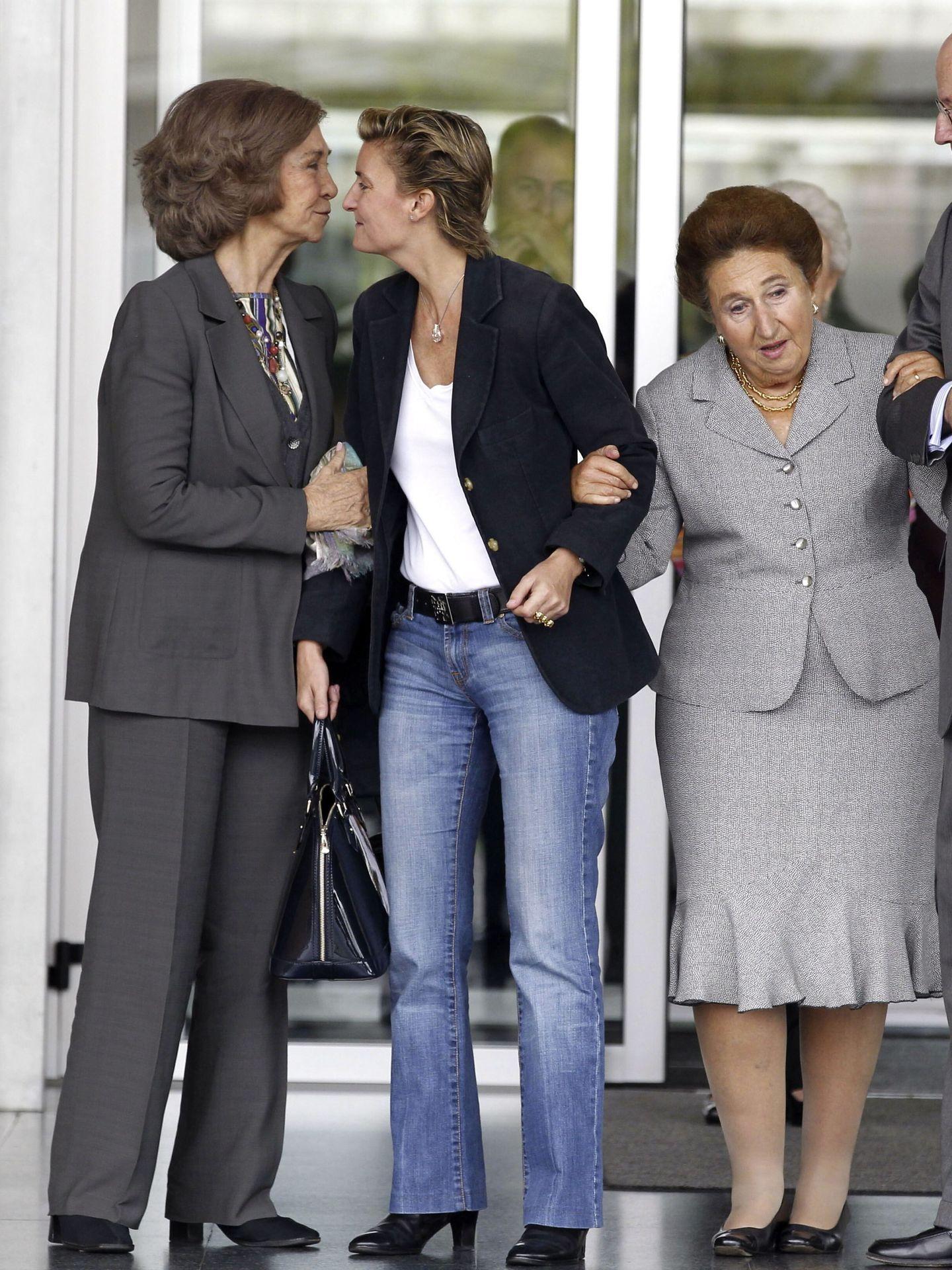 La infanta Margarita, con María Zurita y la reina Sofía. (EFE)