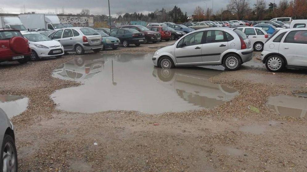 Foto: Coches aparcados en una explanada junto al Parque Europa y la parada de metro Aviación Española. (EC)