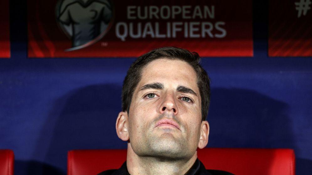 Foto: Robert Moreno, pensativo y con la cabeza alta, en el banquillo del Wanda Metropolitano. (EFE)