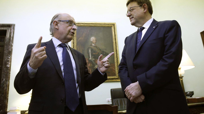 Cristóbal Montoro y Ximo Puig, en el encuentro que mantuvieron en el mes de noviembre para desatascar pagos del FLA. (EFE)