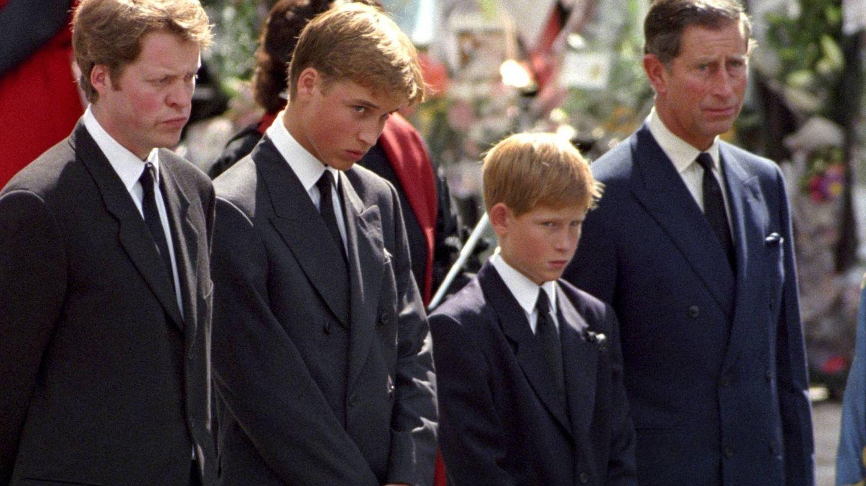 Charles Spencer junto a Guillermo, Harry y Carlos en el funeral de Lady Di. (Getty)