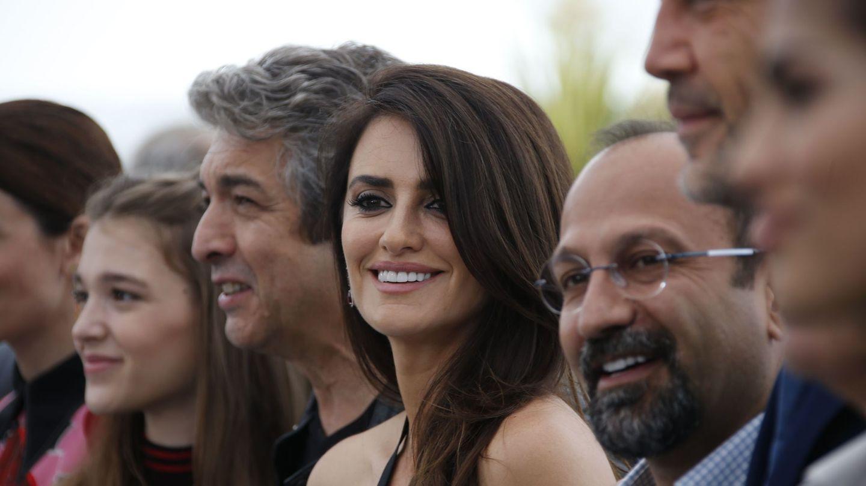 Asghar Farhadi en Cannes con el equipo de 'Todos lo saben': Penelope Cruz, Javier Bardem, Ricardo Darin y Carla Campra (Reuters)