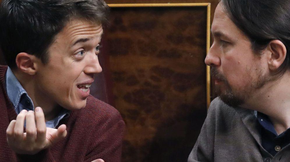 Foto: Los diputados de Podemos Pabo Iglesias (d) e Íñigo Errejón, ayer, durante el pleno del Congreso de los Diputados. (EFE)