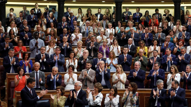 Pedro Sánchez, aplaudido por su bancada, al término de su discurso de investidura, este 22 de julio. (EFE)