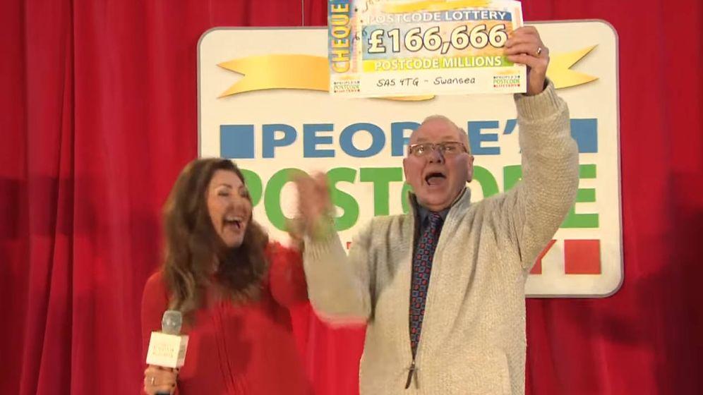 Foto: Eric Burrows, en el momento de recibir el cheque con su premio (Foto: YouTube)