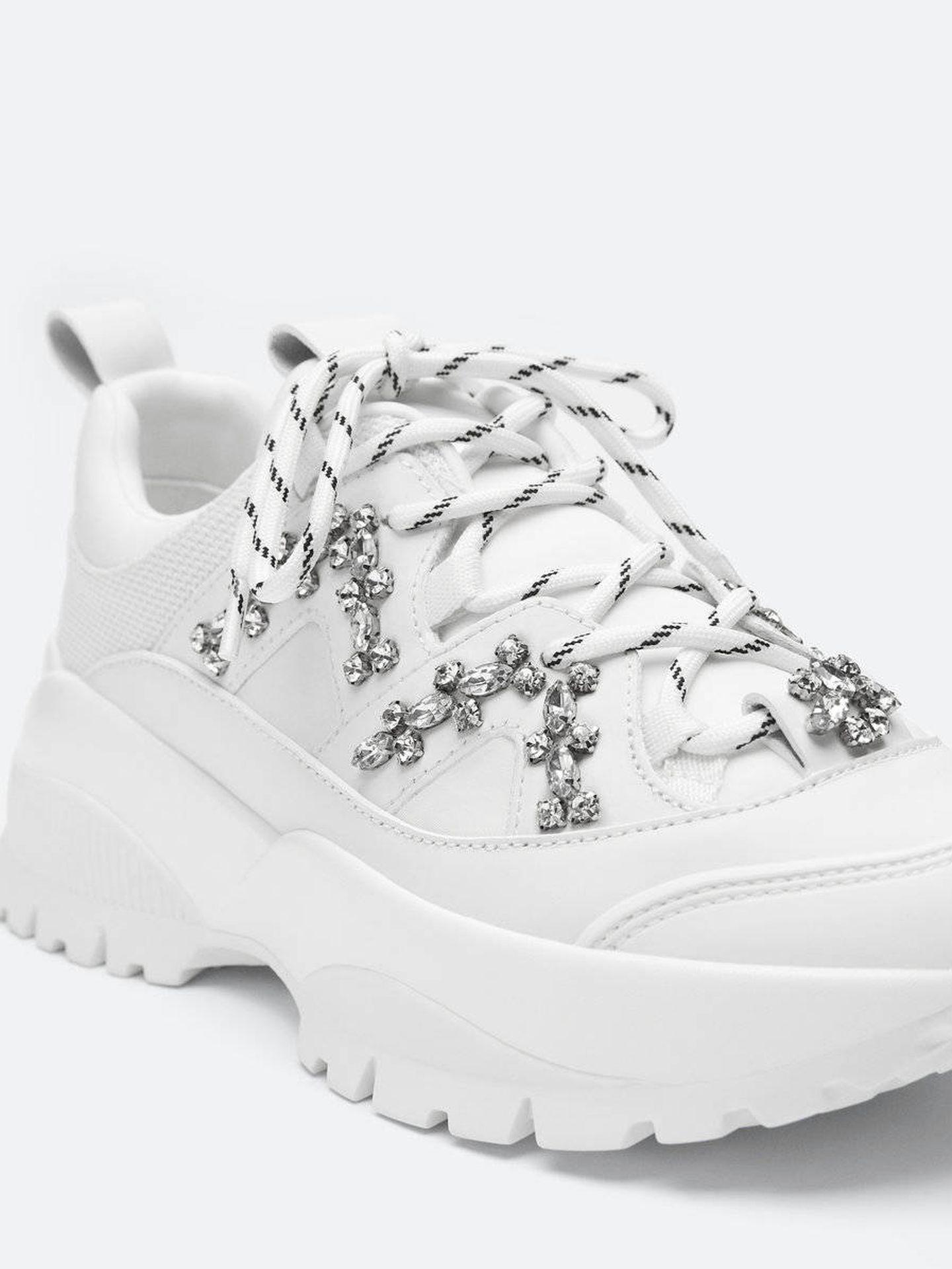 Las zapatillas deportivas de Uterqüe. (Cortesía)